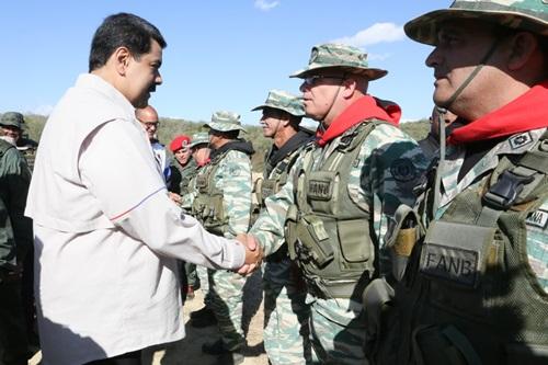 Tổng thống Venezuela Maduro găp gỡ binh sĩ tại căn cứ Guaicaipuro Fort hôm 10/2. Ảnh: Twitter.