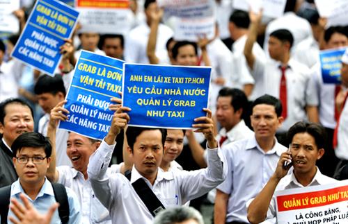 Hàng trăm tài xế Vinasun tụ tập ở sân tòa trong phiên xử sơ thẩm. Ảnh: Hữu Khoa.