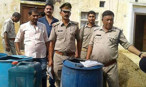 Chính quyền Ấn Độ đột kích một cơ sở sản xuất rượu trái phép ở quận Aliganj, bang Uttar Pradesh hồi tháng 7/2016. Ảnh: AFP.