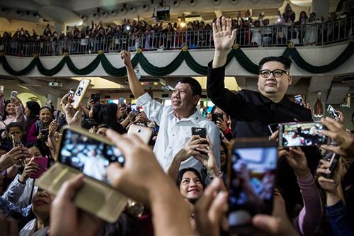 Bản sao của Tổng thống Duterte và lãnh đạo Kim Jong-un ở một nhà thờ Hong Kong hôm 3/2. Ảnh: AFP