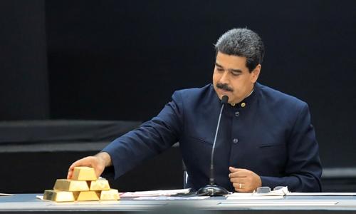 Tổng thống Maduro bên những thỏi vàng trong cuộc họp kinh tế ở Caracas tháng 3/2018.