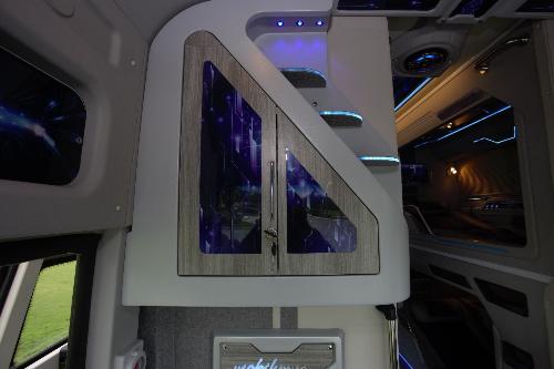 Quầy bar khoang tài xế nhiềutiện ích hơn, sử dụng vật liệugiả gỗ, đèn ledvà các chi tiết in UV.