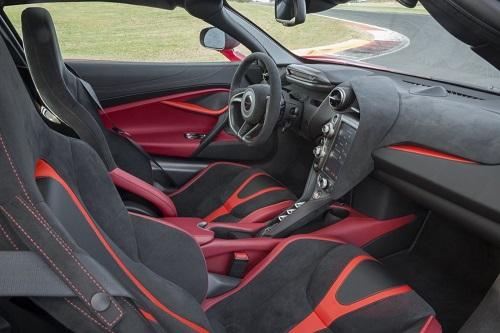 Nội thất chiếc McLaren 720s sử dụng nhiều da Alcantara.