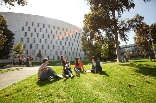 Deakin College dành tặng học bổng Vietnam Excellence Scholarship cho sinh viên Việt Nam có thành tích học tập tốt trong năm học 2019.