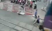 Hai nữ nhân viên gác chắn cứu cụ bà trước đầu tàu khách