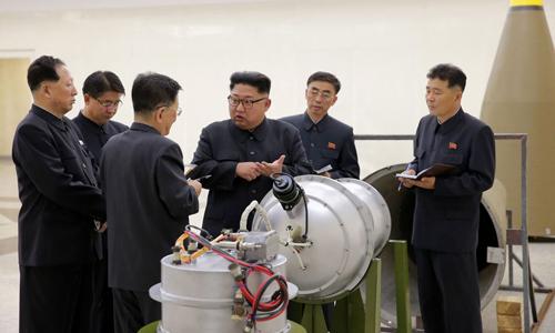 Lãnh đạo Triều Tiên Kim Jong-un thị sát tại một cơ sở vũ khí hồi tháng 3/2017. Ảnh: KCNA.