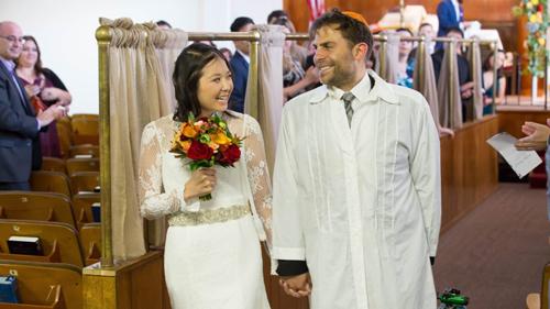 Vy Ngoc Nguyen và Andrew Koller tại đám cưới ở giáo đường Chevra Thilim ở San Francisco vào ngày 7/10/2018. Ảnh: Jewish News/ David Nguyen.