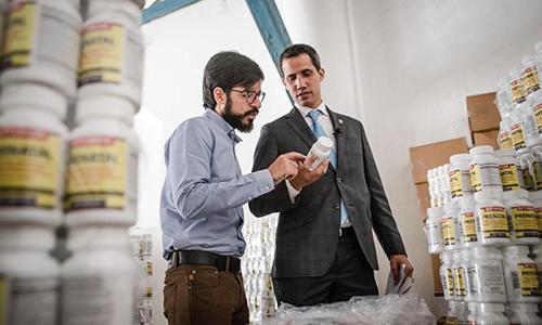 Tổng thống tự phong Juan Guaido (mặc vest, bên phải) tại nơi tập kết hàng viện trợ nhân đạo. Ảnh: Twitter.