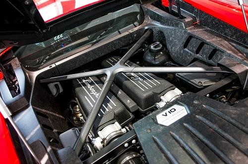 Tấm ốp khoang máy chiếc Lamborghini Huracan làm từ sợi carbon họa tiết rằn ri.