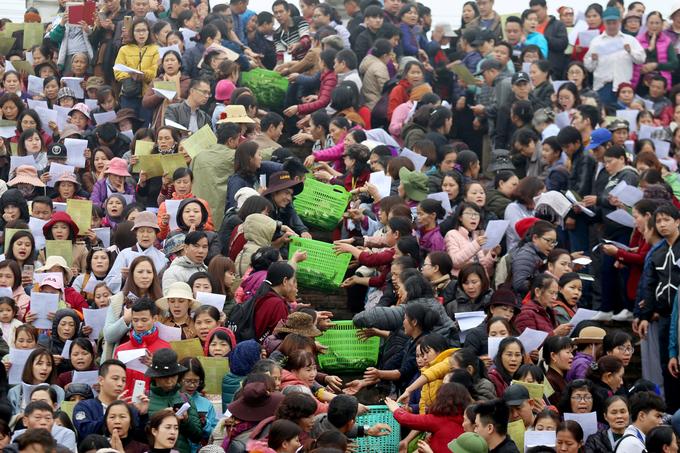 Hơn 10.000 người thả cá phóng sinh ở Hà Nội