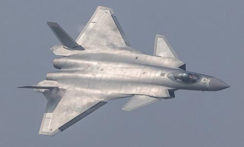 Tiêm kích J-20 bay biểu diễn hồi cuối năm 2018. Ảnh: Reuters.
