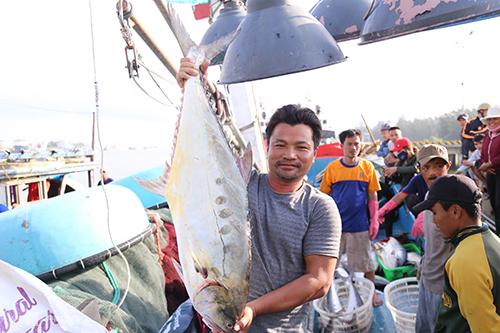 Ngư dân Viện với mẻ cá 120 tấn thu lợi bốn tỷ đồng. Ảnh: Hoàng Táo