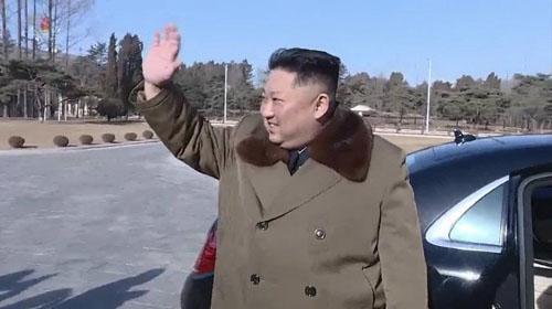 Kim Jong-un bên chiếc Mercedes-Maybach S 600 hôm 31/1. Ảnh: KCTV.