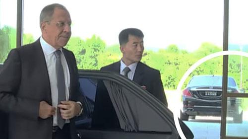 Chiếc Mercedes-Maybach S 600 (khoanh tròn) xuất hiện trong cuộc gặp giữa Kim Jong-un và Ngoại trưởng Nga Lavrov ở Bình Nhưỡng tháng 5/2018. Ảnh: RT.