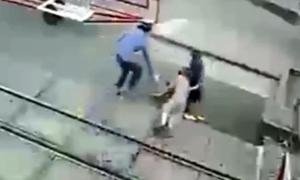 Nhân viên gác chắn cứu cụ bà trước đầu tàu hỏa: 'Tôi làm theo phản xạ'