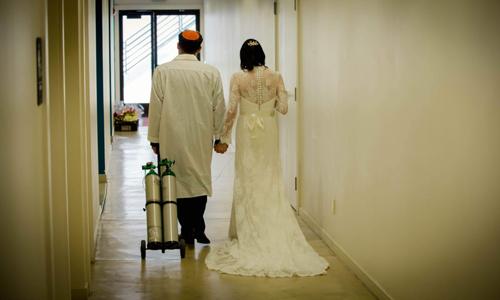 Vy Ngoc Nguyen và Andrew Koller tại đám cưới ở giáo đường Chevra Thilim ởSan Francisco. Ảnh: Jewish News/ David Nguyen.