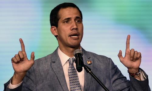 Tổng thống tự phong Venezuela phát biểu trước người ủng hộ hôm 8/2. Ảnh: AFP.