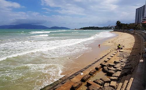 Bãi biển trên đường Phạm Văn Đồng, Nha Trang, nơi hai người nước ngoài gặp nạn. Ảnh: An Phước