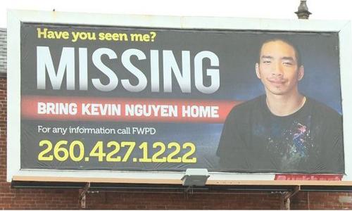 Tấm biển quảng cáo ngoài trời, với thông tin: Bạn có trông thấy tôi không? Mất tích. Hãy đưa Kevin Nguyen trở về nhà, do gia đình thuê dựng ở trung tâm thành phố Fort Wayne, bang Indiana, Mỹ. Ảnh: Wane.