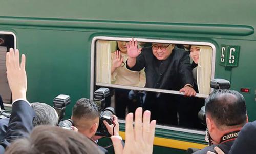 Kim Jong-un vẫy chào từ trên tàu khi thăm Bắc Kinh tháng 6/2018. Ảnh: KCNA.