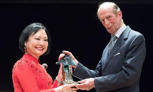 Bà Kim Phúc nhận giải thưởngDresdenHòa Bình tại tòa nhàSemperoper ở thành phố Dresden, Đức. Ảnh: AFP.