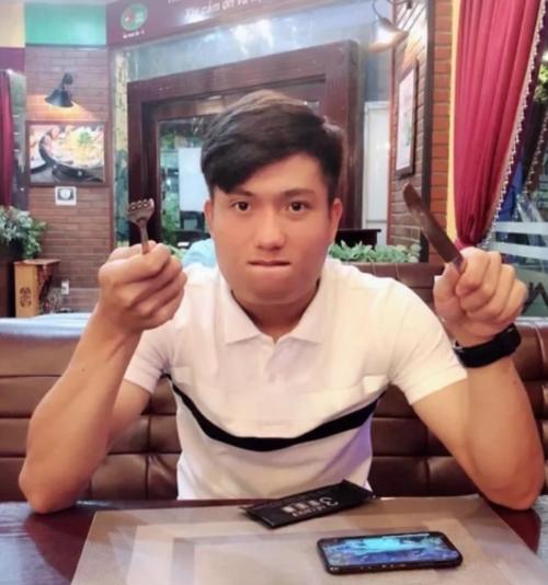 Phan Văn Đức nhìn béo nhưng vẫn đẹp trai.