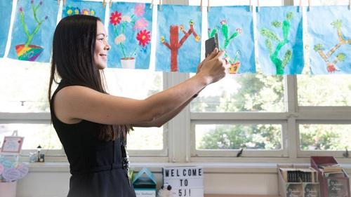 Giáo viên lớp 5 Jessica Stedman kiếm tiền bằng việc bán poster trang trí trực tuyến, sau đó lại dùng để trang trí lớp học. Ảnh: Janie Barrett