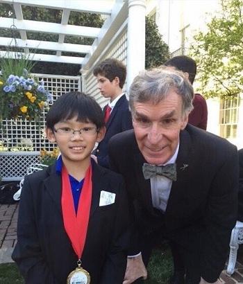Daniel Liu từng gặp nhiều nhà khoa học nổi tiếng như Bill Nye. Ảnh: Twitter