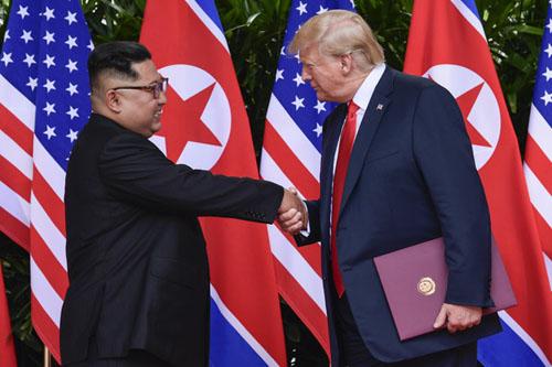 Trump (phải) và Kim Jong-un tại hội nghị thượng đỉnh đầu tiên ở Singapore tháng 6/2018. Ảnh: AP.