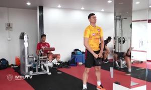 Đặng Văn Lâm tập luyện trong phòng gym