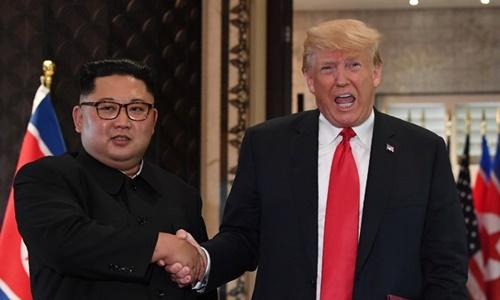 Tổng thống Mỹ Trump (phải) và lãnh đạo Triều Tiên Kim Jong-un tại Singapore tháng 6/2018. Ảnh:AFP.