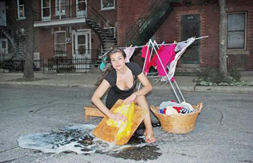 Tranh thủ ổ gà giặt giũ quần áo tí thôi mà.