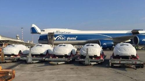 Dàn xe hơi được vận chuyển bằng máy bay tới Papua New Guinea để phục vụ APEC năm ngoái. Ảnh: BBC