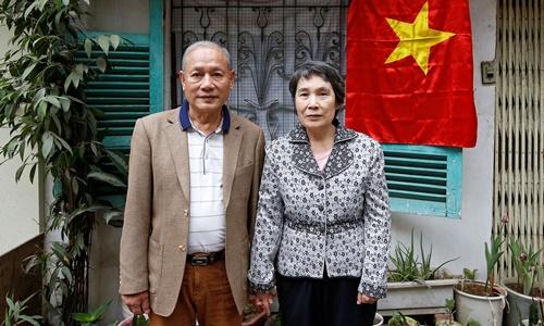 Ông Cảnh và bà Ri tại căn nhà ở Hà Nội. Ảnh: Reuters.