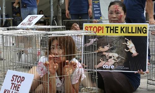 Các nhà bảo vệ quyền lợi động vật ở Hàn Quốc phản đối văn hóa ăn thịt chó ở Seoul. Ảnh: AP.