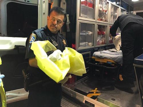Cảnh sát tuần tra cao tốc bang California bế đứa trẻ sơ sinh bị bỏ rơi hôm 12/2. Ảnh: California Highway Patrol
