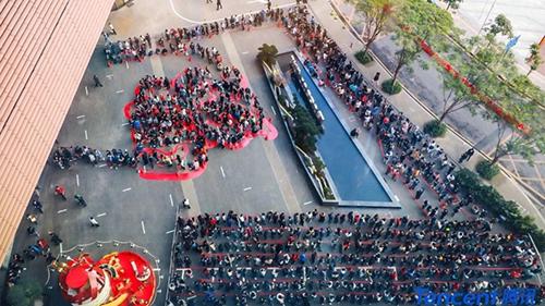 Các nhân viên xếp hàngchờ lì xì bên ngoài trụ sở của Tencent ở thành phố Thâm Quyến, Trung Quốc hôm 12/2. Ảnh: SCMP