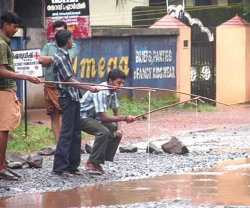 Niềm vui của các trai làng khi mùa mưa đến.