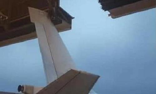 Cánh đuôi chiếc E-6B va vào tường nhà chứa. Ảnh: Twitter.