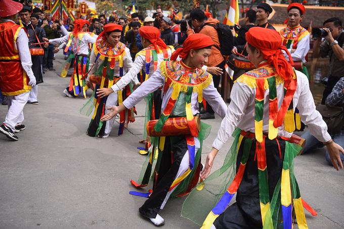 Trai làng Triều Khúc giả gái nhảy múa