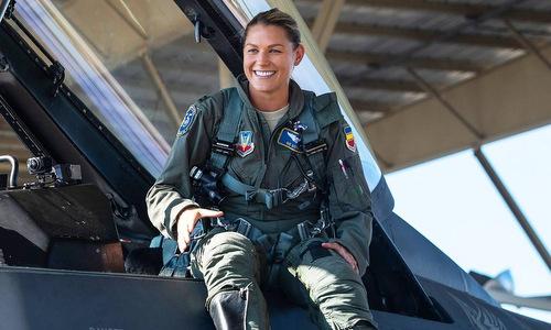 Đại úy Kotnik trước một chuyến bay biểu diễn. Ảnh: USAF.