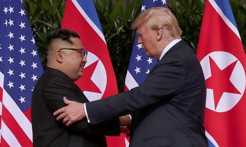 Trump (phải) và Kim Jong-un gặp nhau ở Singapore tháng 6/2018. Ảnh: Reuters.