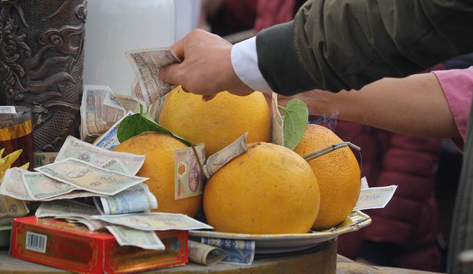 Tiền lẻ rải đầy gốc cây, chuông đồng ở lễ 'mở cổng trời'