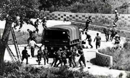Binh sĩ Mỹ - Triều đụng độ ở DMZ năm 1976. Ảnh: Korea Times.