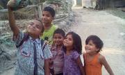 Nhóm trẻ Ấn Độ selfie bằng dép lê