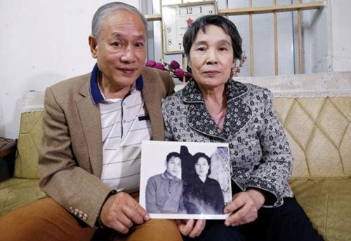 Ông Phạm Ngọc Cảnh và bà Ri Yong Hui ngày 12/2 cầm bức ảnh hai người chụp năm 1971. Ảnh: Reuters.