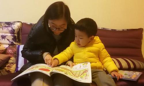 Chen Huijuan và con trai hai tuổi Xiyan. Ảnh: CNN.