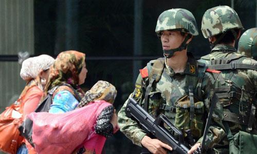 Lực lượng cảnh vệ bán quân sự của Trung Quốc tại thủ phủ Urumqi của Tân Cương. Ảnh: AP.