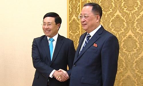 Phó Thủ tướng, Bộ trưởng Ngoại giao Phạm Bình Minh (trái) và Ngoại trưởng Triều Tiên tại Bình Nhưỡng. Ảnh: BNG.