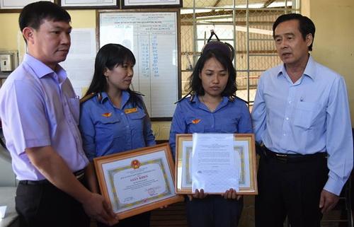 Ban ATGT tỉnh Đồng Nai khen thưởng hành động dũng cảm của 2 nữ nhân viên gác chắn. Ảnh: Phước Tuấn